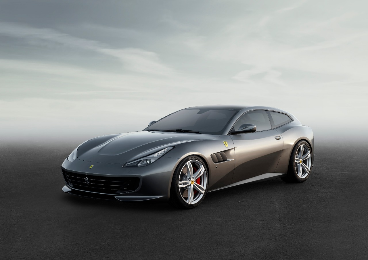 Ferrari with 8 cylinders 4 seats in Jeddah Waterfront using technology on a busy street while driving it أول فيراري 4 مقاعد بمحرّك 8 أسطوانات GTC 4 LUSSO T